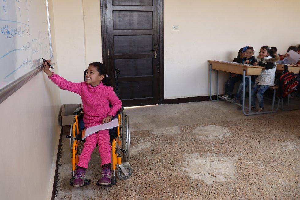 Въпреки че е загубила подвижността на краката си след експлозия на бомба 8-годишната Ханаа се е върнала на училище след една година прекъсване. Тук отговаря по време на урок в училището си в Алепо, Сирия. Снимка: УНИЦЕФ
