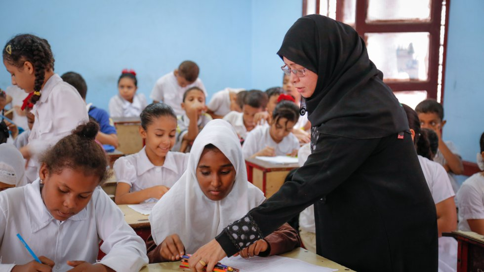 """Учителка води урок по рисуване в училище """"Саиф Бен Язан"""" в Аден, Йемен. Снимка: УНИЦЕФ"""