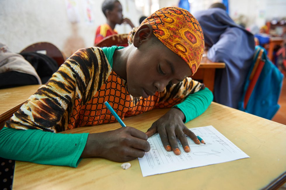 Възпитаник на училище за деца, които не са били обхванати от образователната система, в Булаос, Джибути. Тук учат около 300 деца. Повечето от децата, които не ходят на училище, са от номадски или бежански общности. Снимка: УНИЦЕФ