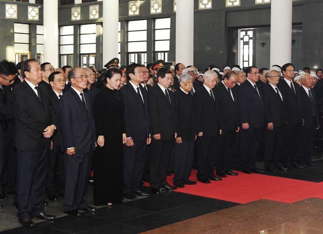 Партийното и държавното ръководство на Виетнам сведе глави пред паметта на Чан Дай Куанг на поклонението. Седми в първия ред отляво надясно е генералният секретар на ВКП Нгуен Фу Чонг, а втори е бившият председател на парламента Нгуен Шин Хунг, български възпитаник. Снимка: Nhan Dan