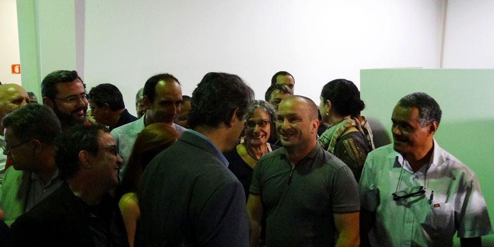 """Даниел Методиев (в центъра) разговаря с кандидат-президента Фернандо Хадад (в гръб) при влизането му в """"Семаден""""–Националния център за за наблюдение и изследване на природните бедствия в Сао Жозе дос Кампос. Снимка: Рикардо Стукерт"""