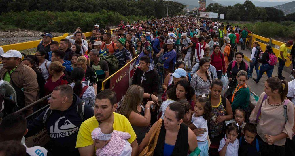 """Венесуелци очакват да влязат в Колумбия на граничния мост """"Симон Боливар"""" между двете страни. Снимка: Semana"""