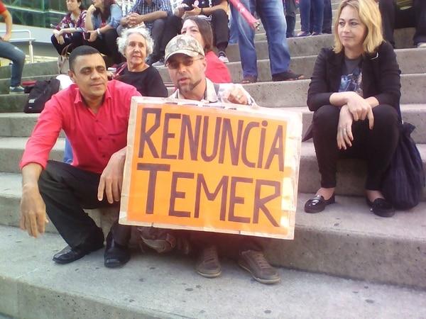 Тиражирани бяха и снимки от участия на нападателя Аделио Биспо де Оливейра (с червената риза) в демонстрации с искания за оставка на настоящия президент Мишел Темер. Снимка: infobae
