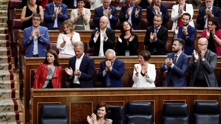 Групата на социалистите в испанския парламент аплодира решението за есхумацията на диктатора Франко. Снимка: canarias7