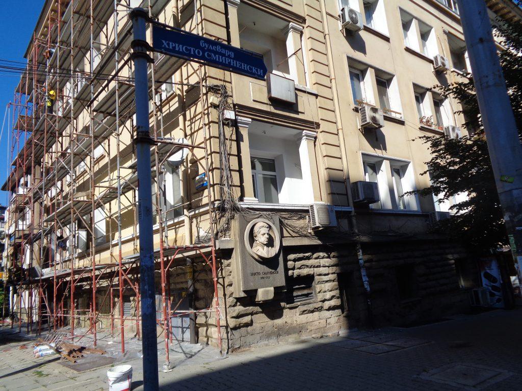 """Барелефът гледа към пресичания от булеварда площад """"Журналист"""". Снимка: Къдринка Къдринова"""