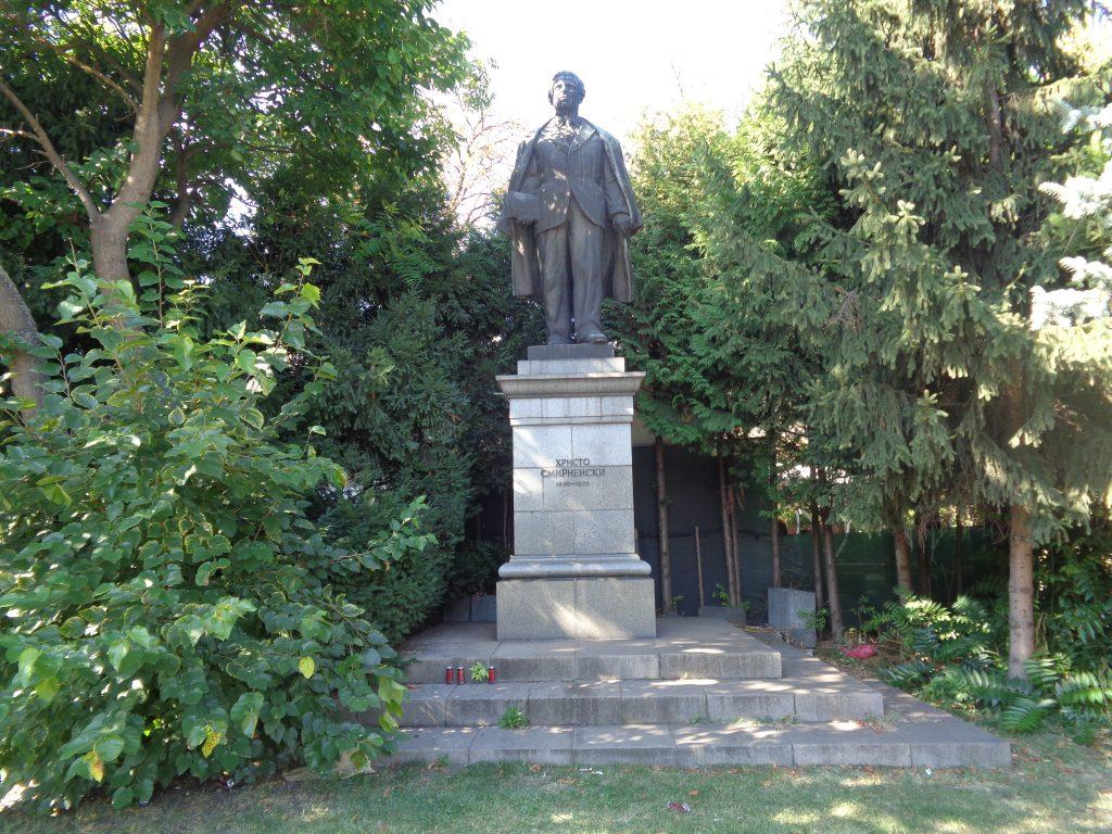 Паметникът на Христо Смирненски в началото на едноименния булевард. Червените неща на стъпалата му не са свещи, а празни кенове от напитки. Снимка: Къдринка Къдринова