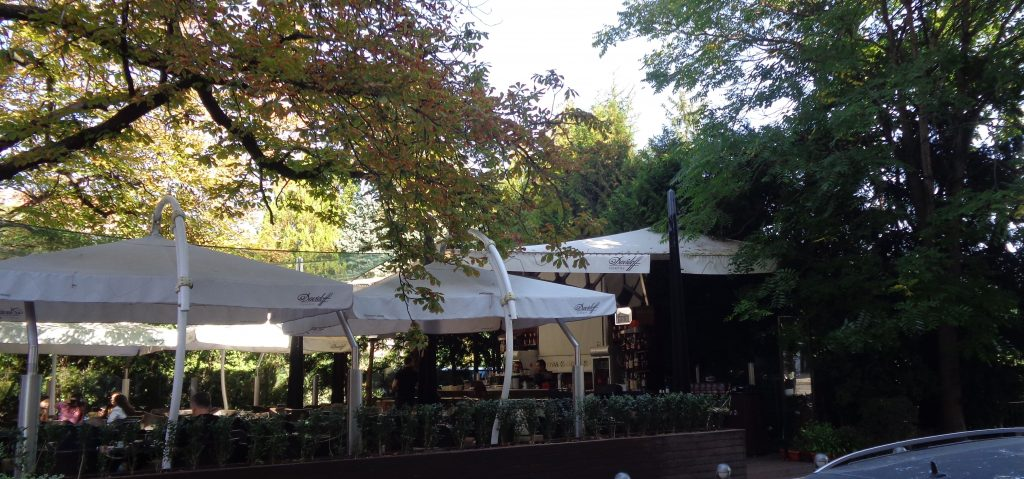 "Заведението, чийто бар е залепен за ""гърба"" на паметника на Смирненски. Дали ги само импровизирана преграда. Снимка: Къдрика Къдринова"