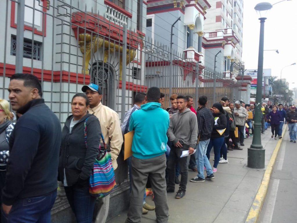 Опашка от венесуелци пред посолството на страната им в перуанската столица Лима. Хората чакат да подадат документи за завръщане в родината си. Снимка: Туитър