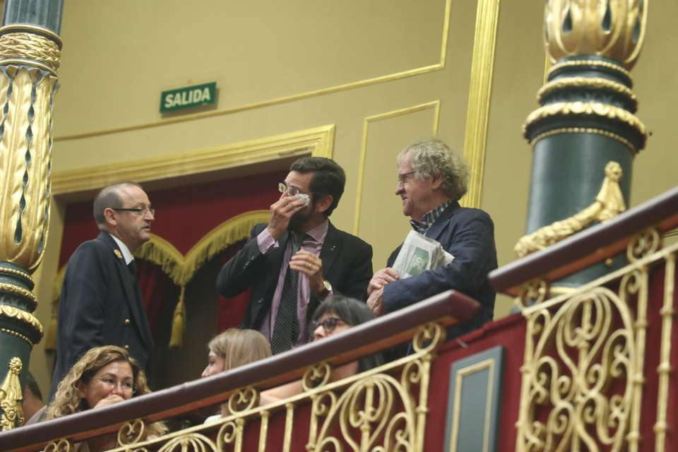 Адвокатът Едуардо Ранс, бранещ правата на семейства на жертви на франкизма, се просълзи при гласуването на днешното решение на испанския парламент. Снимка: Туитър