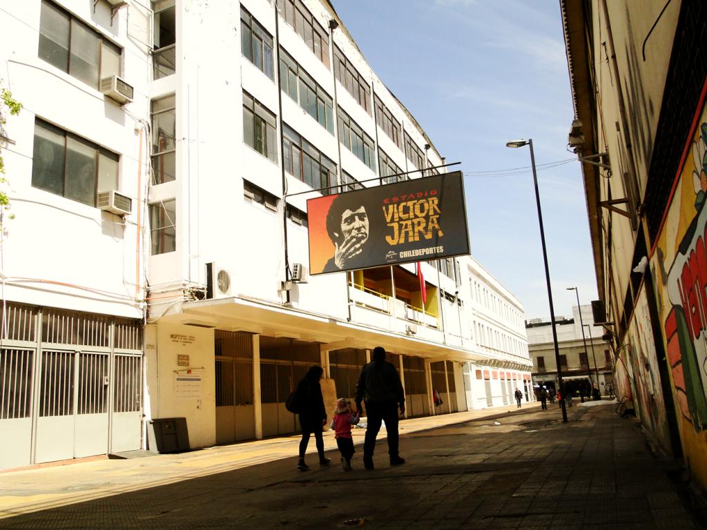 """Улицата в Сантяго, на която е входът към стадион """"Виктор Хара"""". Снимка: Уикипедия"""