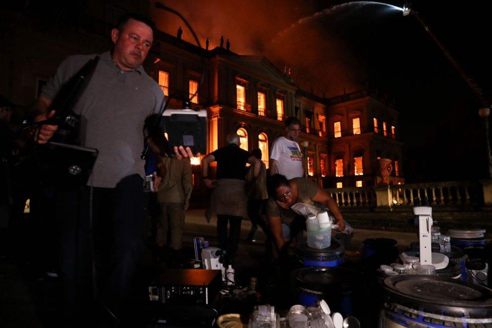 Учени от музея по време на пожара се се хвърляли в горящите помещения, за да изнесат скъпа изследователска техника и отделни експонати, но спасеното е нищожно по сравнение с изгорялото. Снимка: EFE