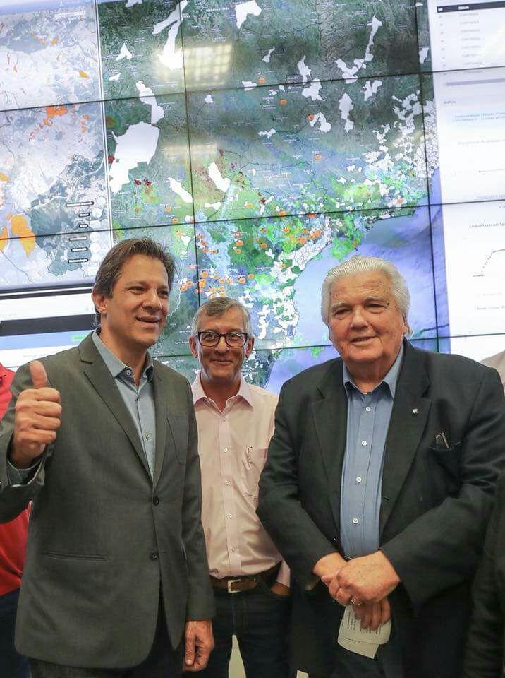 """В обиколката из """"Семаден"""" Фернандо Хадад (вляво) бе придружаван от директора на института Освалдо Морайс, както и от директора на целия научно-технологичен комплекс в Сао Жозе дос Кампос–Марко Антонио Рауп. Снимка: Рикардо Стукерт"""