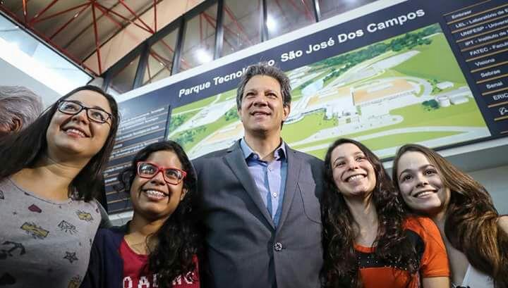 """Фернандо Хадад е посрещнат възторжено от работещите в """"Семаден"""". Снимка: Рикардо Стукерт"""