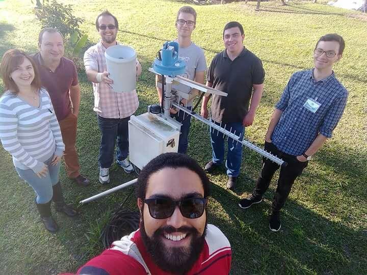 """Даниел Методиев (вторият отляво) с негови колеги от """"Семаден"""". В средата е уредът за измерване на валежи–плювиограф. Снимка: Фейсбук"""