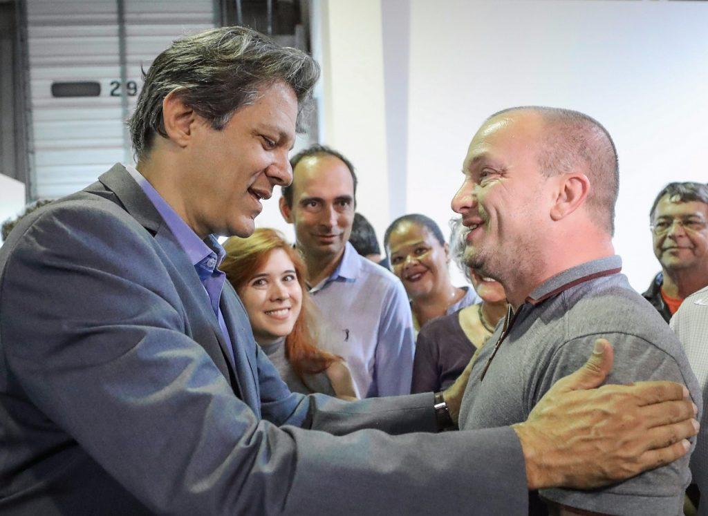 """Кандидат-президентът на бразилската Работническа партия Фернандо Хадад (вляво) поздравява българския геолог Даниел Методиев (вдясно), който му пожела успех на изборите по време на предизборна среща в научния институт """"Семаден"""" в Сао Жозе дос Кампос. Снимка: Рикардо Стукерт"""