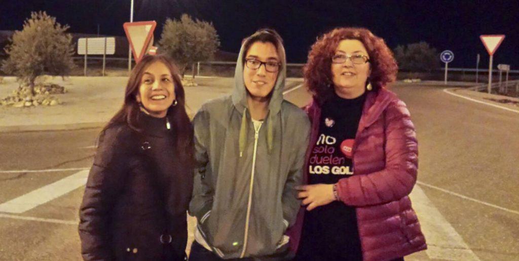 Науел (в средата) заедно с майка си (вдясно) и с майката на друг от обвиняемите при освобождаването му от затвора през март 2017 г. Снимка: El Pais
