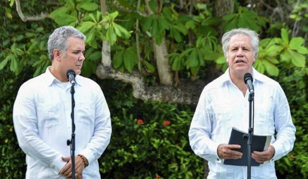 Генералният секретар на ОАД Луис Алмагро (вдясно) и колумбийският президент Иван Дуке. Снимка: EFE