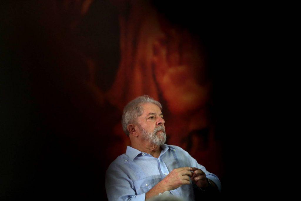 Лула на митинг в Сао Пауло преди да го вкарат в затвора. Снимка: EFE