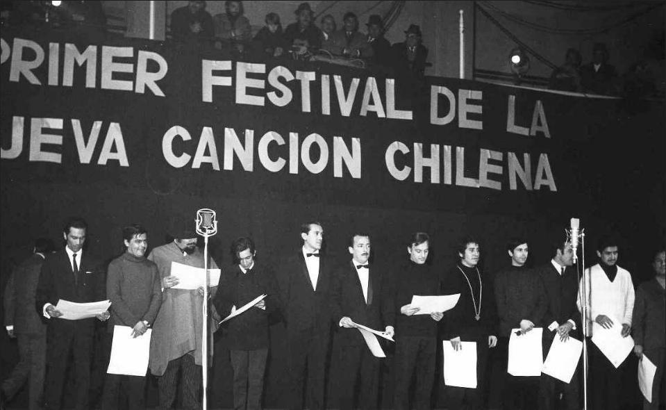 """Наградените на Първия фестивал на движението Нова чилийска песен, състоял се през 1969 г. в стадиона """"Чили"""". Петият отдясно е Виктор Хара, който печели първа награда с песента си """"Молитва към орача"""". Снимка: Fundacion Victor Jara"""