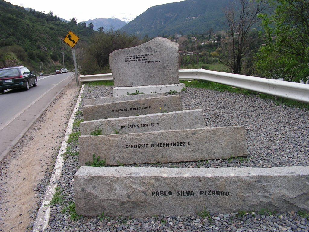 """На мястото на атентата срещу Пиночет днес има паметни плочи за петимата членове на неговата охрана, убити при нападението. На големия обелиск е изписано, че възпоменанието е от името на местната община за """"падналите при изпълнение на дълга"""". Снимка: Къдринка Къдринова"""