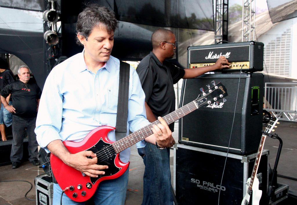 Страстта на Фернандо Адад към рока му носи допълнителна популярност сред младите бразилци. Снимка: Wikimedia commons