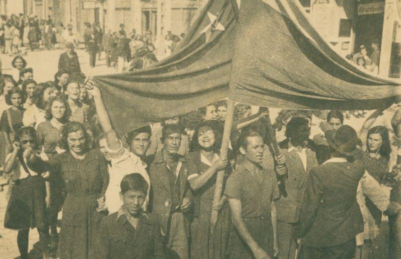 Младежи с червено знаме и с национален трикольор се радват на 9-ти септември 1944 г. Снимка: РДА Шумен