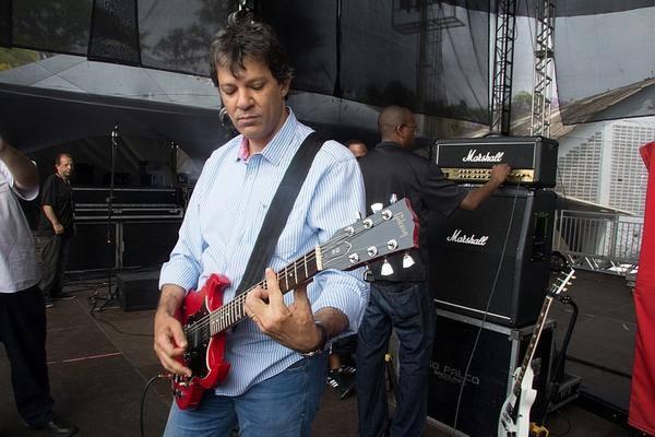 Предизборната кампания оставя на Фернандо Адад малко време за любимата му китара и за рока. Снимка: Фейсбук