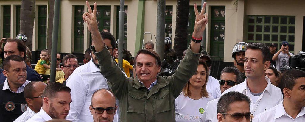Жаир Болсонаро на излизане от изборната секция в казарма в Рио де Жанейро. Снимка: Folha de Sao Paulo