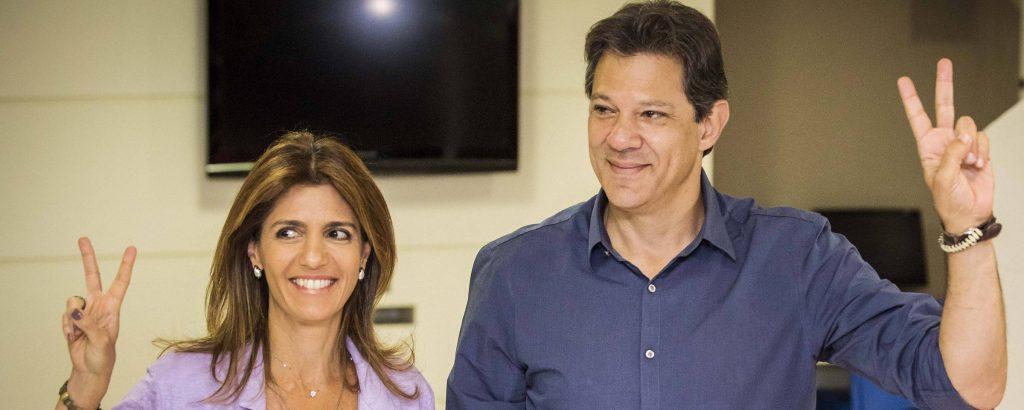 Фернандо Хадад гласува в училище в Сао Пауло заедно с жена си. Снимка: Folha de Sao Paulo