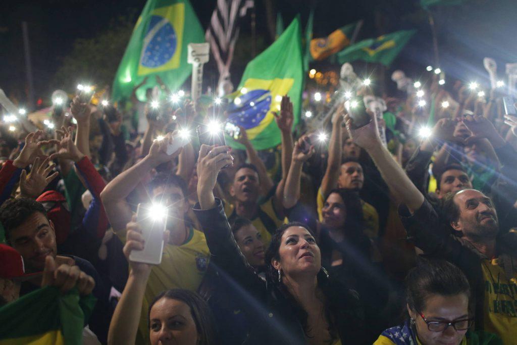 Тържествуващи фенове на Болсонаро празнуват из улиците на бразилските градове. Снимка: Folha de Sao Paulo