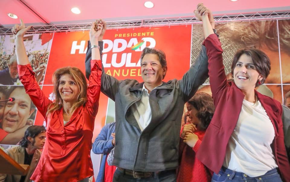 """Фернандо Адад пусна след изборите тази снимка в своя Фейсбук–на нея той е с жена си (вляво) и с кандидатката за вицепрезидент Мануела д'Авила (вдясно). Хадад придружи кадъра със следния текст: """"Тези избори слагат на карта много неща. Ние ще приемем това предизвикателство. Искаме да го приемем с много уважение и с едно-единствено оръжие: аргументите"""". Снимка: Рикардо Стукерт"""