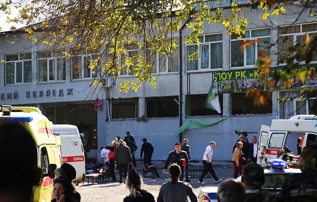 Пред сградата на Политехническия колеж в Керч малко след атентата. Снимка: ТАСС