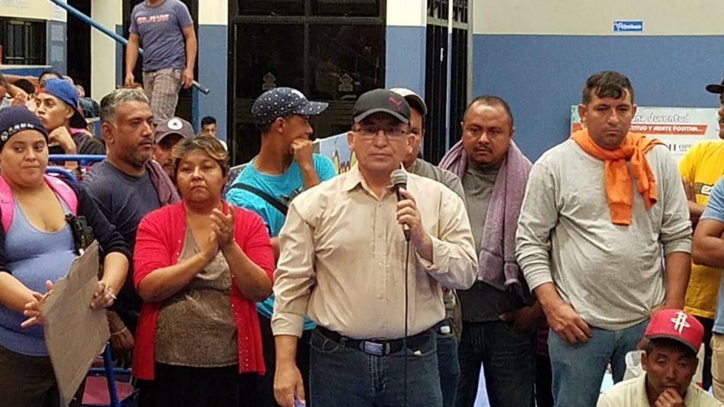 Бартоло Фуентес (с микрофона) сред участници в шествието. Снимка: republica.gt