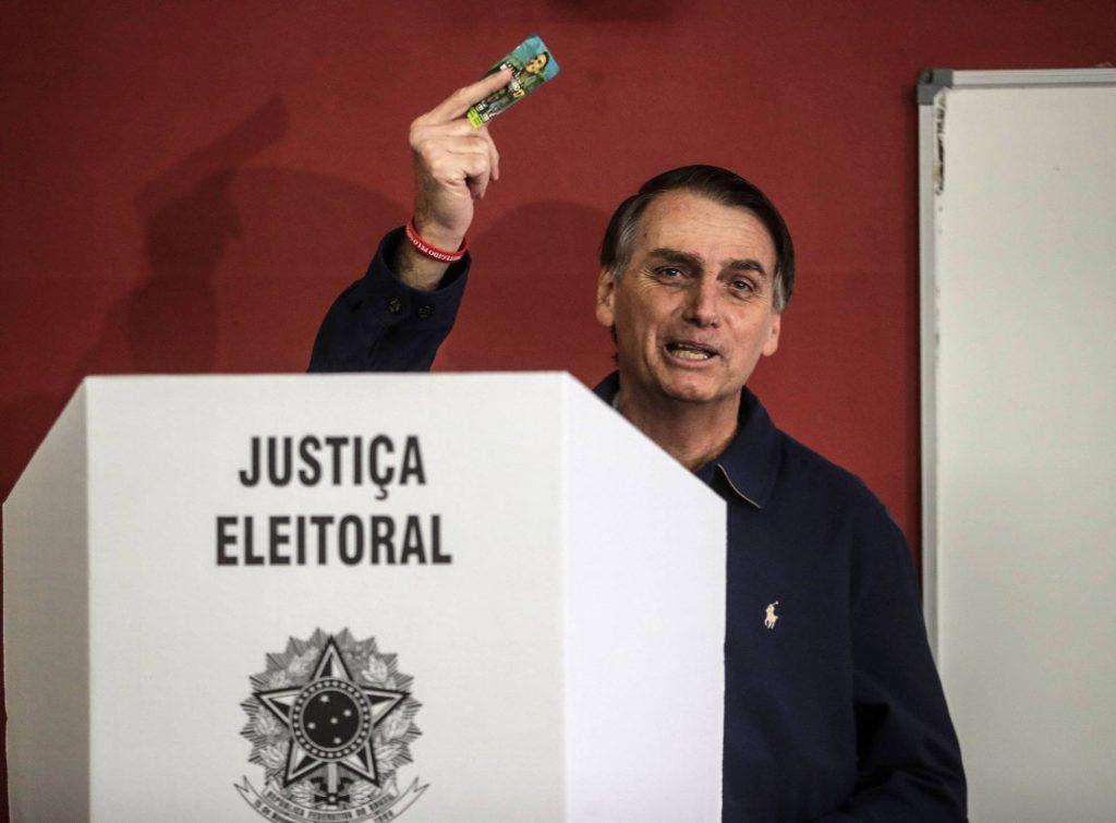 Въпреки безконечното си лечение Болсонаро все пак се разходи до урната, за да гласува на 7 октомври, и да демонстрира самочувствие на победител. Снимка: EFE