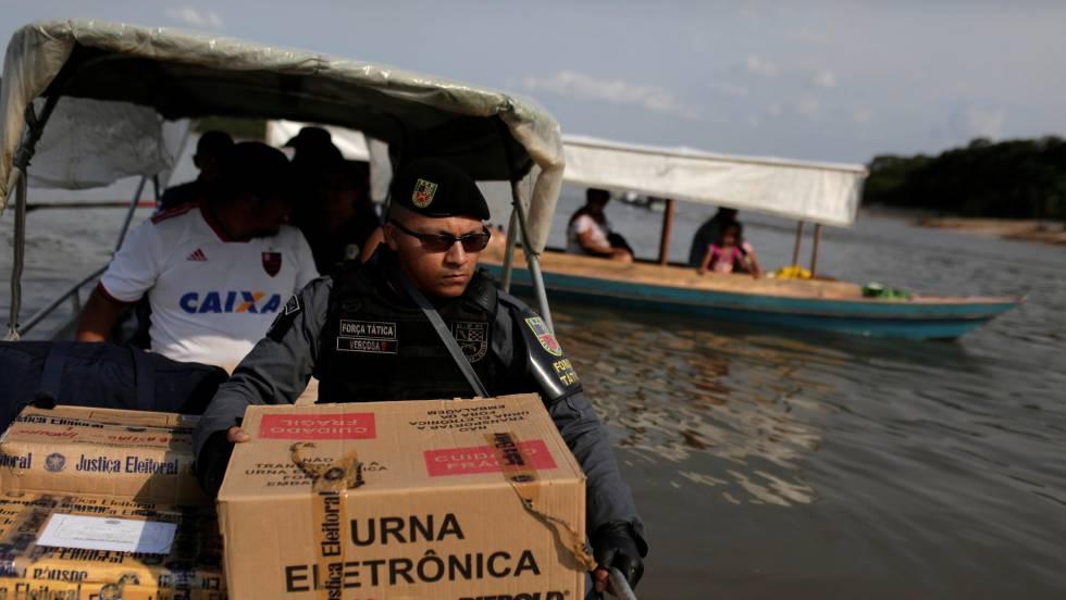 Електронните урни за вота бяха доставени още в събота и в най-труднодостъпните места из огромната Бразилия от полицаи. Снимка: El Pais
