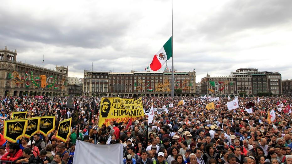 """Заключителният митинг на възпоменанията за 50-годишнината от """"клането от Тлателолко"""" се състоя на най-големия площад в мексиканската столица–""""Сокало"""". Снимка: EFE"""