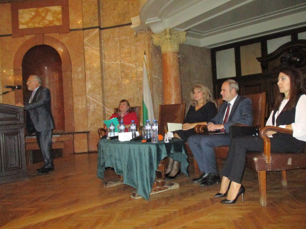 Откриването на конференцията. На трибуната–Любомир Кючуков. Седнали (отляво надясно)–Ориета Капони, Илияна Йотова, Анастас Герджиков, Наргиз Гурбанова. Снимка: Къдринка Къдринова