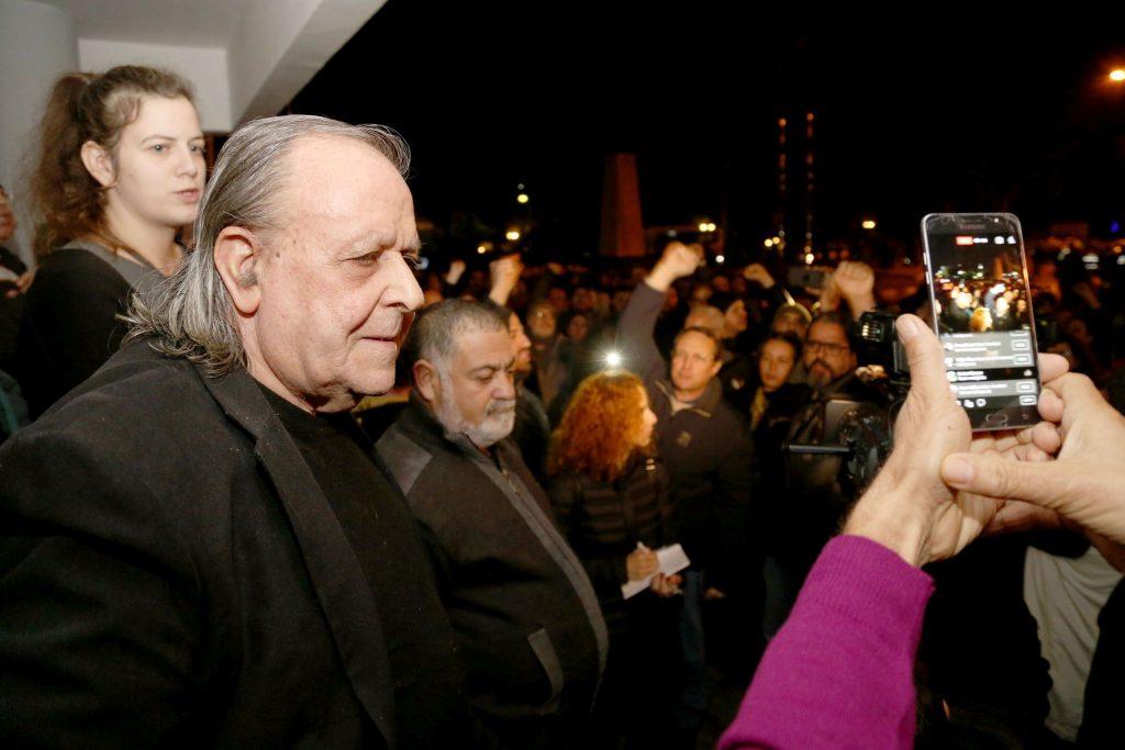 Шенер Левент говори пред потрошената сграда на редакцията на вестника пред стотици кипърски турци, които се стекоха в негова подкрепа във вечерта на погрома, 22 януари 2018 г. Снимка: архив на авторката