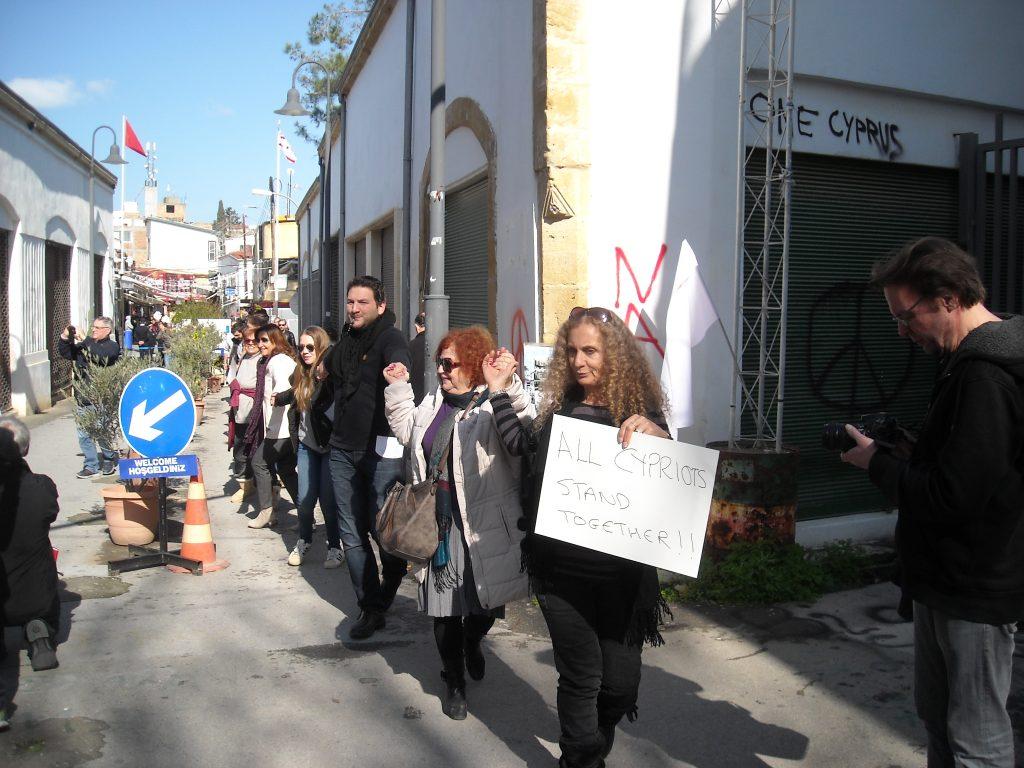"""Кипърски турци и кипърски гърци протестират заедно срещу атаката срещу вестник """"Африка"""" и насилието, за мир и обединение на страната в центъра на Никозия, в буферната зона, разделяща двете части на кипърската столица–27 януари 2018 г. Снимка: архив на авторката"""