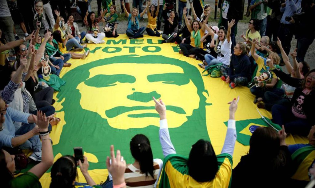 Някои от проявите на феновете на Болсонаро наистина приличат на религиозни ритуали спрямо обожаем месия. Снимка: EFE