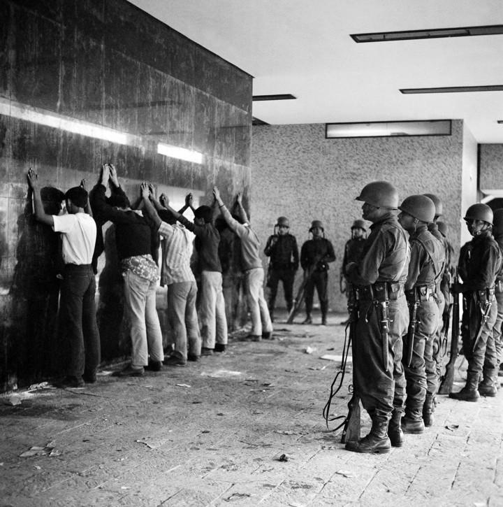 """Арестите на студенти след клането на """"Тлателолко"""" са масови. Снимка: Archivo UNAM"""