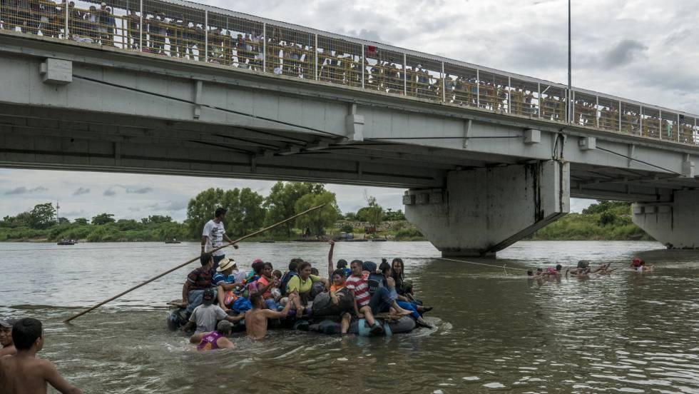 Част от участниците в шествието прекосиха граничната река Сучиате между Гватемала и Мексико на самоделни салове, докато останалите чакаха на мадръстения мост. Снимка: El Pais