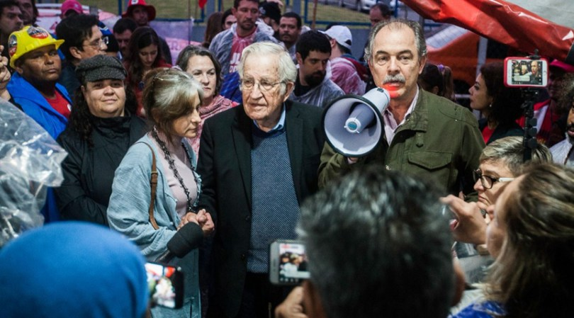 Ноам Чомски говори с журналисти след срещата си с Лула. Снимка: nossapolitica.net