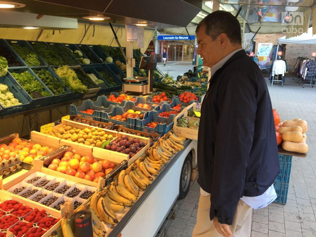 Рафаел Кореа на пазара в Льовен-Ла-Ньов. Снимка: On Cuba