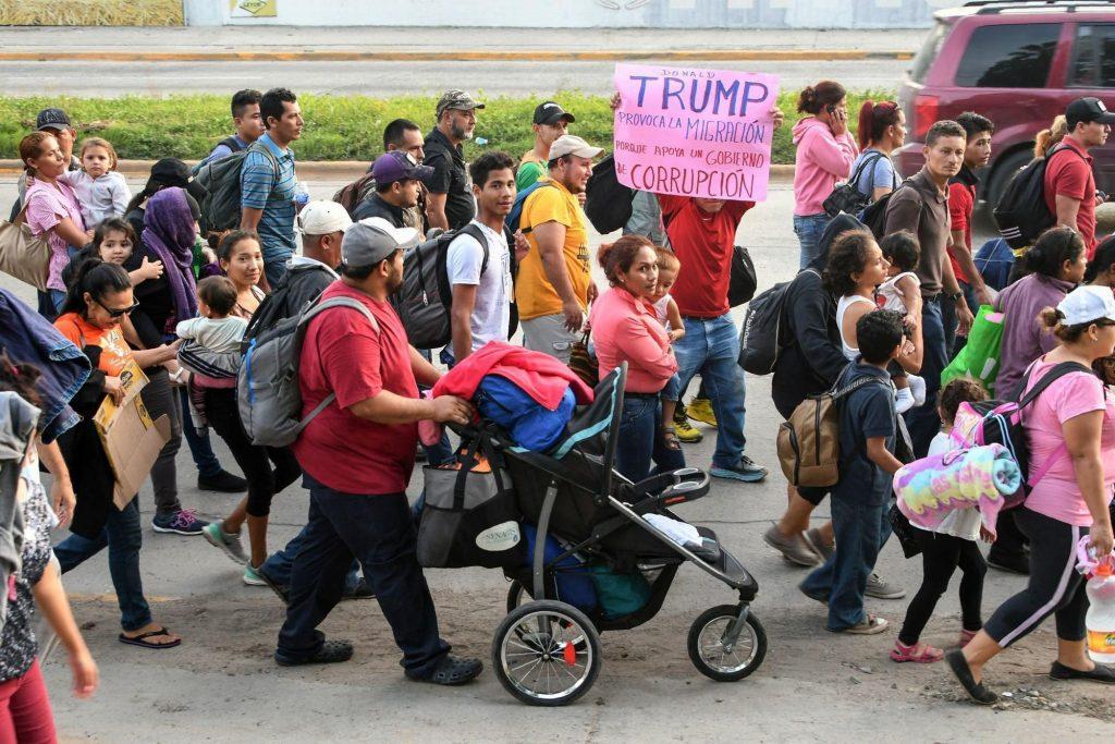 """""""Доналд Тръмп провокира миграцията, защото подкрепя едно корумпирано правителство"""". пише на плаката, издигнат сред потока от хондураски """"нашественици"""". Снимка: TeleSur"""