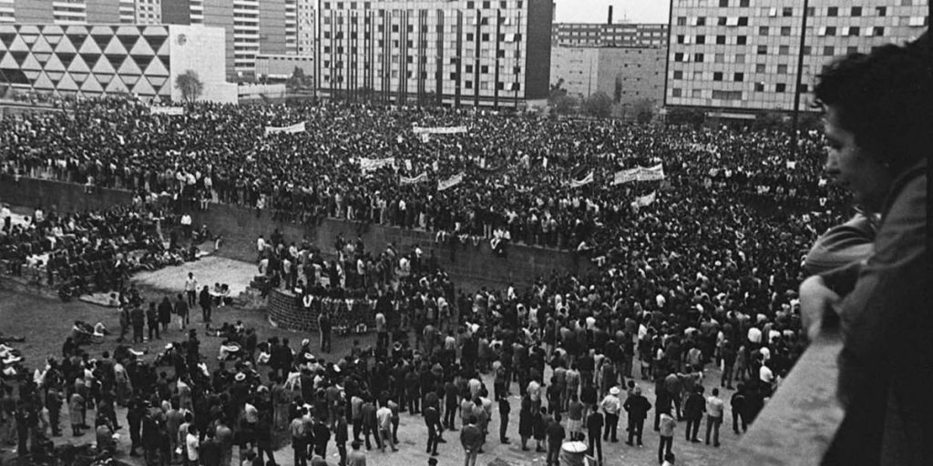 """Поглед от един от балконите към събиращото се множество на """"Тлателолко"""" още преди ачалото на митинга на 2 октомри 1968 г. Снимка: Archivo UNAM"""
