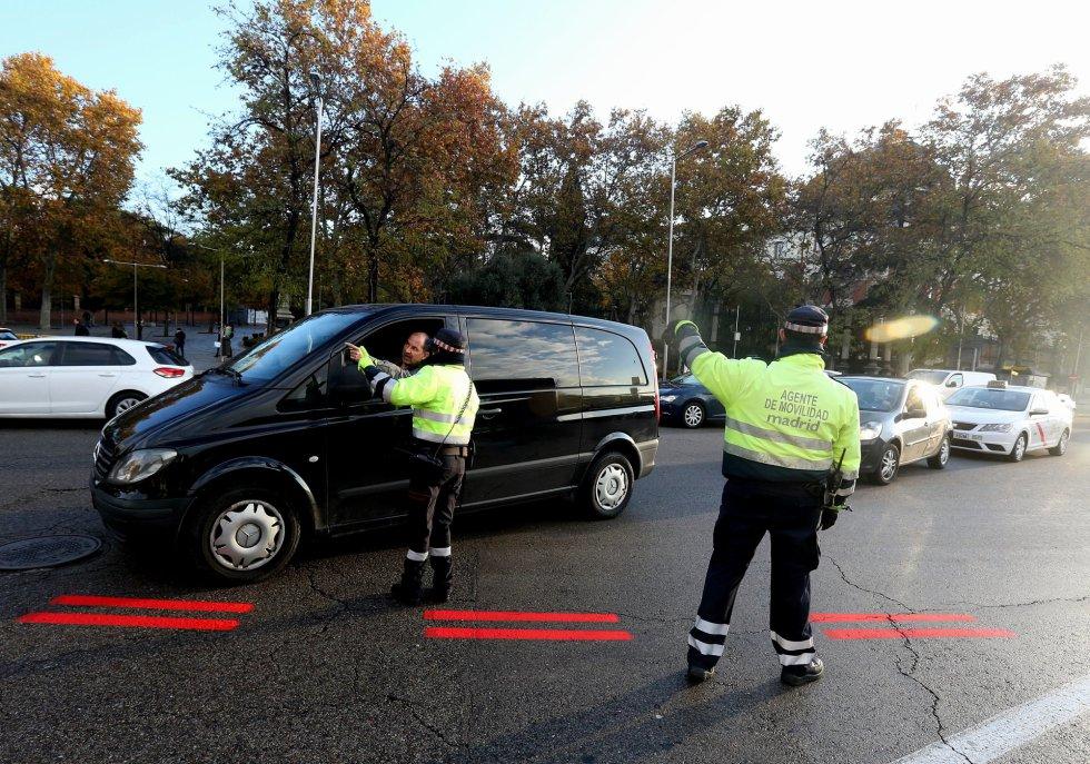 Служители на общинската полиция на Мадрид упътват водачите откъде да минат, за да не нарушат новите правила. Снимка: El Pais