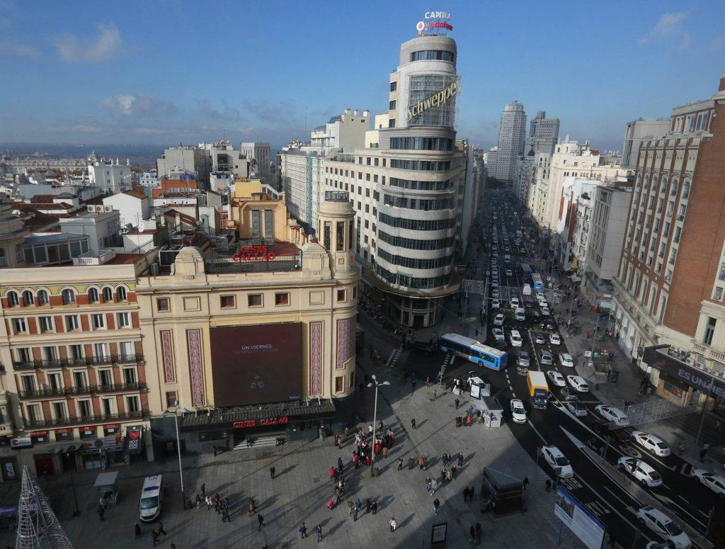 """В първия ден от влизането в сила на ограниченията по централната мадридска улица """"Гран виа"""", която доскоро беше в дълъг ремонт, се движеха или стояха предимно таксита и руг градски или обслужващ транспорт. Снимка: El Pais"""