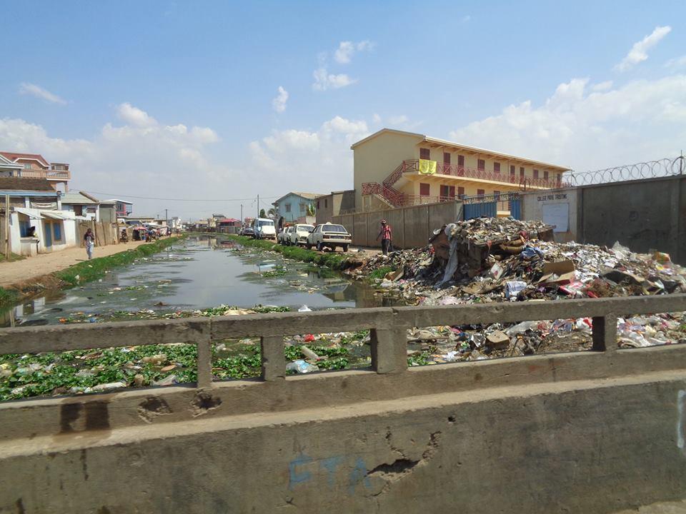 Импровизираните сметища често са на брега на каналите и постепенно се свличат в тях. Снимка: Къдринка Къдринова