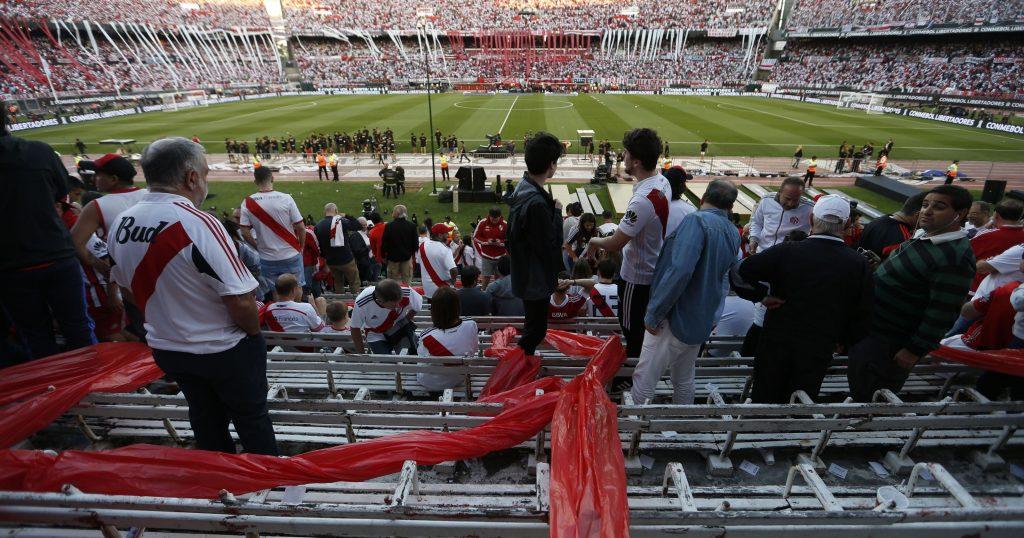"""Разочаровани от отмяната на мача футболни фенове на стадион """"Монументал"""". Снимка: EFE"""